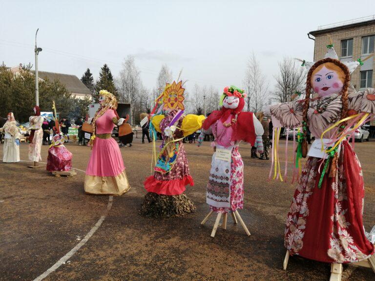 Песнями и танцами проводили зиму жители Новодугинского района